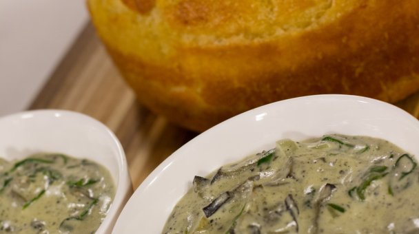Creamed pāua in bowls with rewana bread on the side