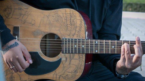 CU fingers strumming guitar