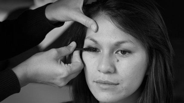 Lady having her eyelashes painted