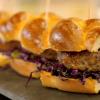Ngā Thai Pork Burger ki runga i te pereti