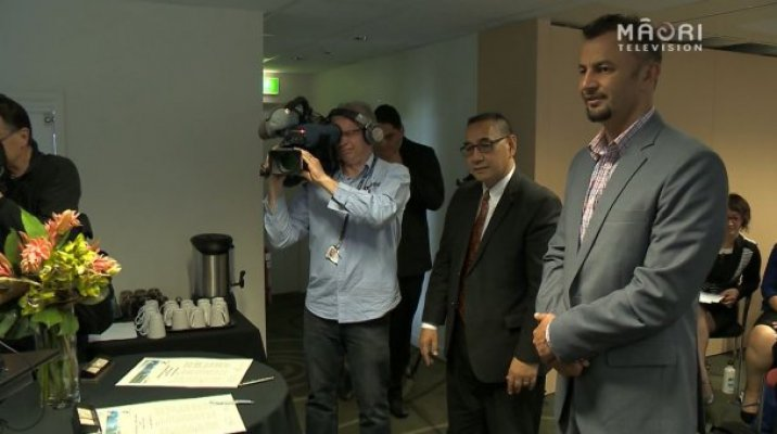Whānau Tahi Director Stephen Keung & Callaghan Innovation GM Māori Economy Hemi Rolleston sign MoU