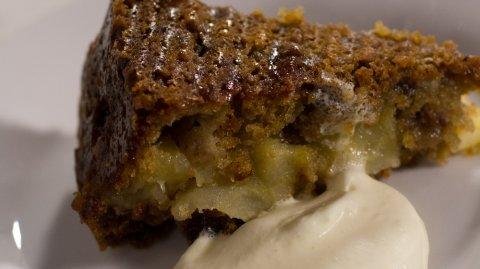 Spiced apple cake me whipped cream i runga i te pereti.